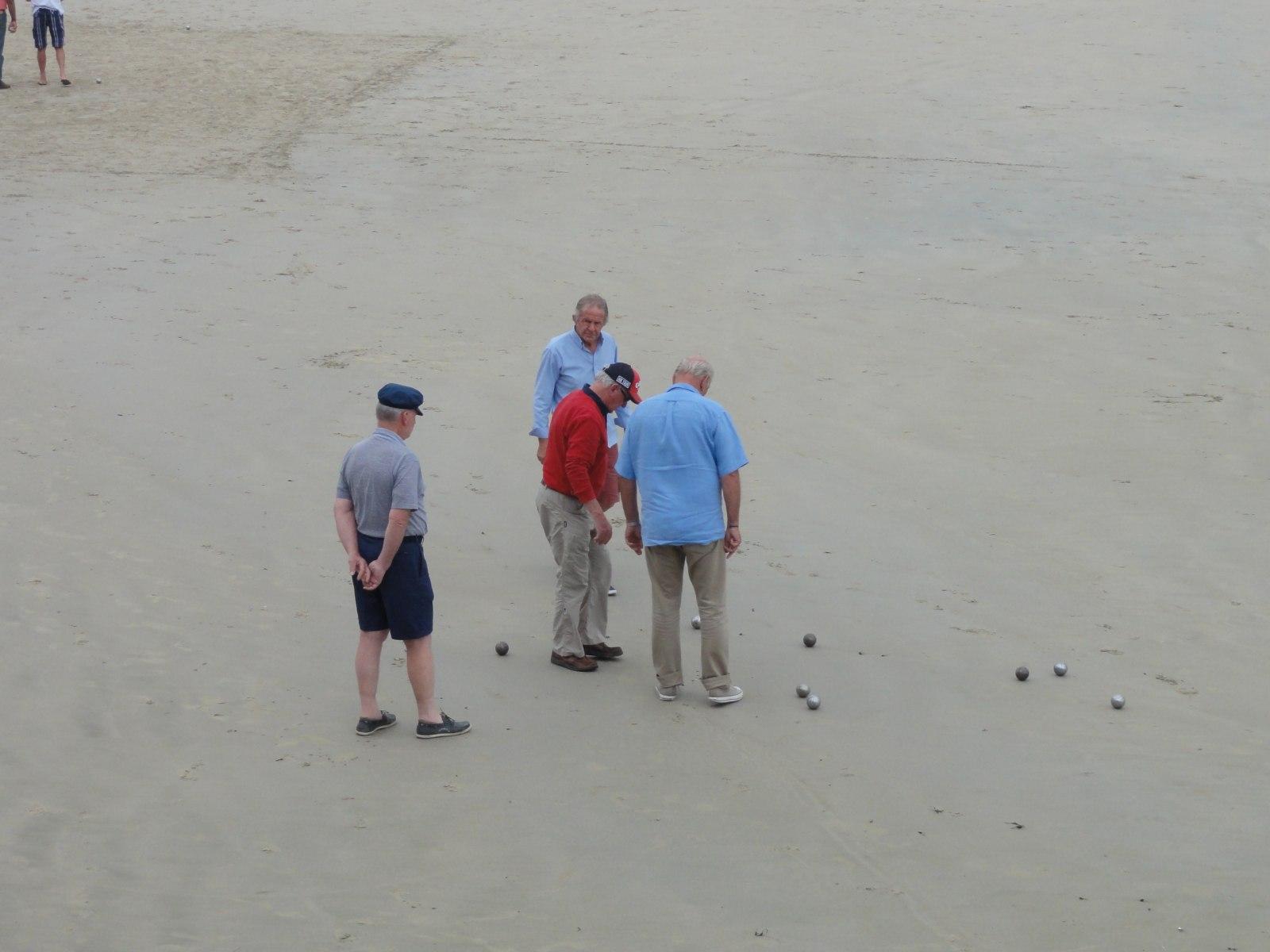 Австралия: Необычные шары выбросило на пляж в Сиднее