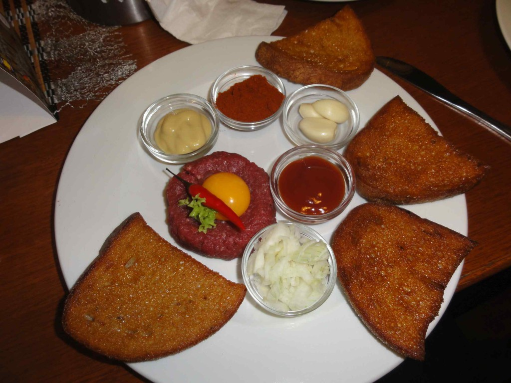 Татарский Бифштекс (сырой говяжий фарш)